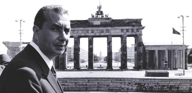Aldo Moro davanti alla Porta di Brandeburgo